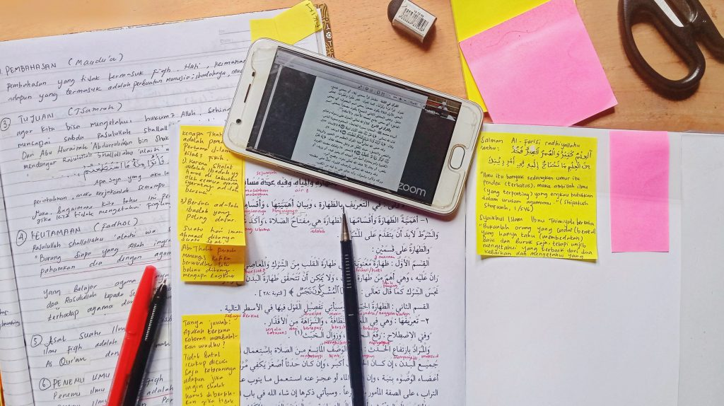 Saving paper and organising better with online documents; one of the plus points amongst the pros and cons of e-learning.